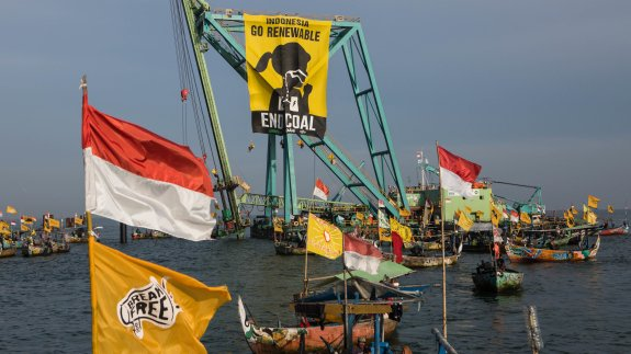 Local Fishermen join the blockade. Image: Greenpeace